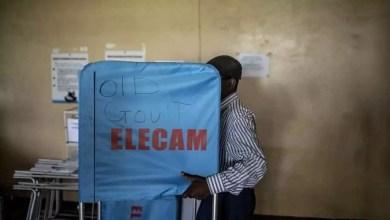 Photo of Un boycotteur après avoir chier dans l'isoloir, un électeur utilise les bulletins comme papier hygiénique