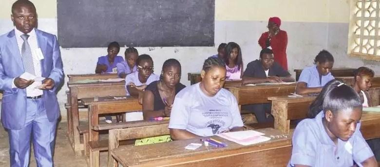 Enseignant dans une salle de classe