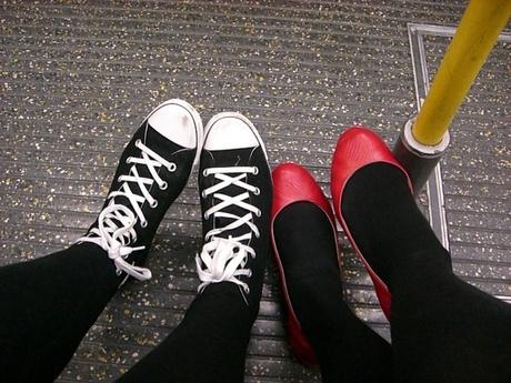 Erschöpfte Füße in der U-Bahn