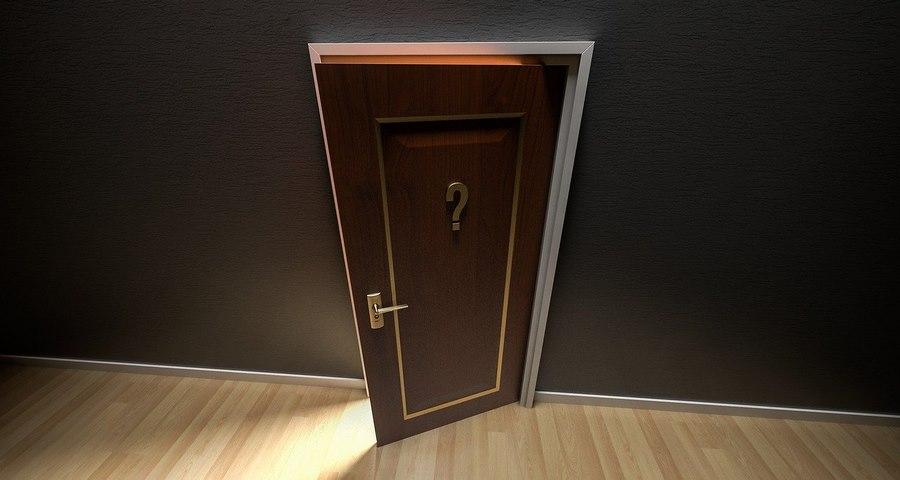 Nowe drzwi zewnętrzne do domu jednorodzinnego.