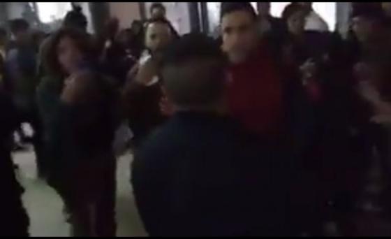 Policías armados ingresaron a un establecimiento educativo en Banfield — Escándalo