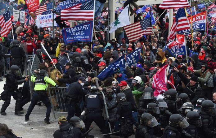 Intrusion de partisans de Trump dans le Capitole: quatre morts, l'Amérique sous le choc