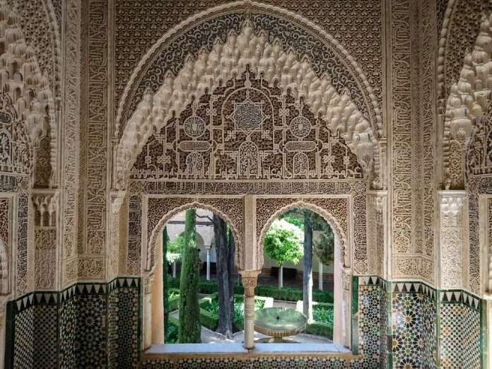 Mosaïques fines, sculptures et gravures complexes, dorures magistrales, moucharabieh et vitraux finement ciselés... L'architecture islamique plonge ses amateurs dans un univers unique