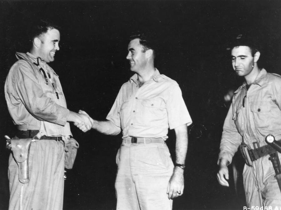 Major Charles W. Sweeney (left), pilot of the B-29 BOCKSCAR which dropped the atomic bomb on Nagasaki on August 9, 1945, is shown before his mission shaking hands with Col Paul W. Tibbets, pilot of ENOLA GAY which atom bombed Hiroshima on 6 August 1945. M | Autor: Profimedia