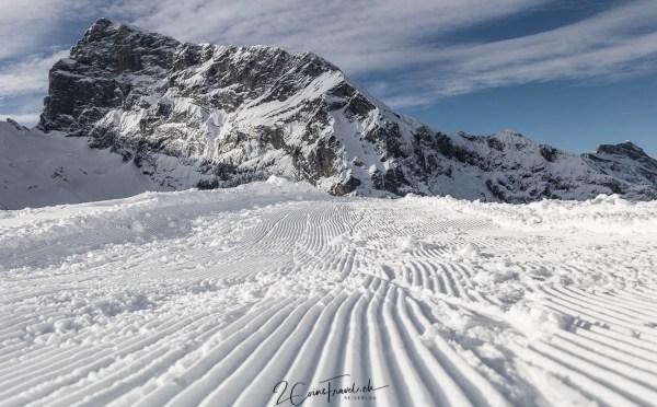 Wanderweg im Schnee mit Titlis im Hintergrund