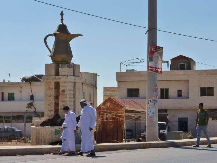 weißgekleidete Beduinen auf der Dorfstraße