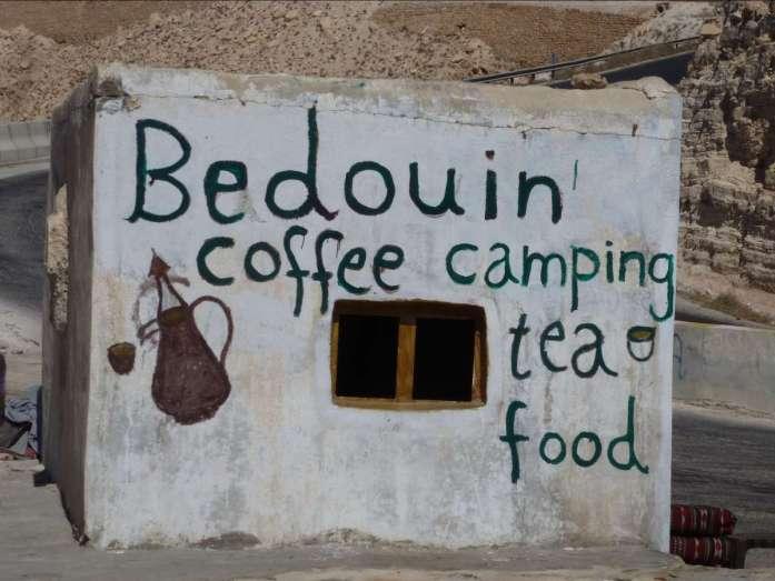 """einfaches Haus mit Aufschrift """"Bedouin Coffee"""""""