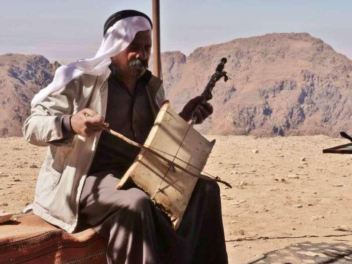 Beduine spielt auf einsaitigem Instrument