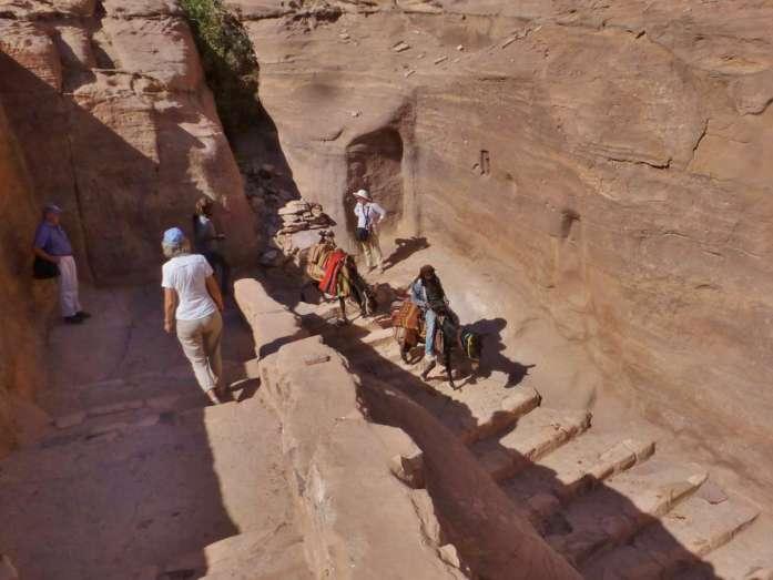Stufen im Fels führen hinab nach Petra