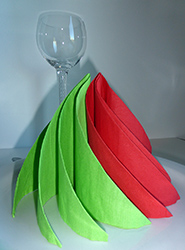 pliage de serviette de table en forme de spirale ou sapin de noel contemporain