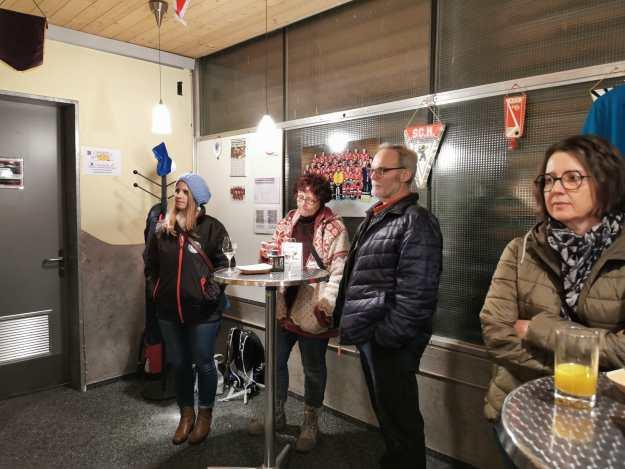 Vor dem Fondue Essen Mitglieder Information in der 300er Club Campus Bar