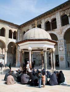 Pellegrini musulmani si riposano  presso la Cupola degli Orologi, nel cortile della moschea degli Omayyadi