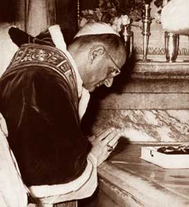 Paul VI . betet am Heiligen Grab.