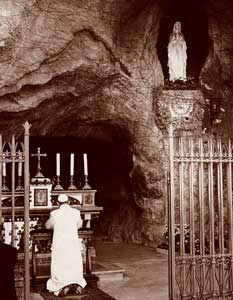 Paul VI. betet vor der Grotte Unserer Lieben Frau von Lourdes in den Vatikanischen Gärten.