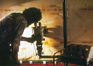 Der Wissenschaftler Samuel F. Pellicori untersucht das Grabtuch mit einem Stereomikroskop.