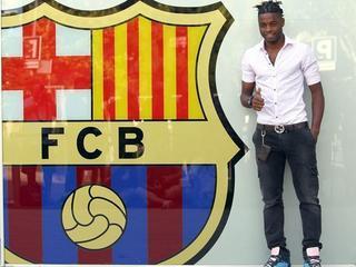 Song ja s'ha fet la tradicional foto amb l'escut del Barça. (Foto: EFE)