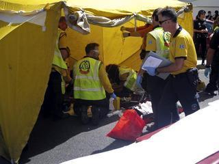 Sanitaris del SAMUR atenen l'agent assessinade