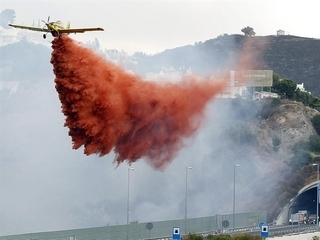 Una avioneta deixa anar aigua a l'incendi declarat a Sierra Negra, a Coín (Màlaga)