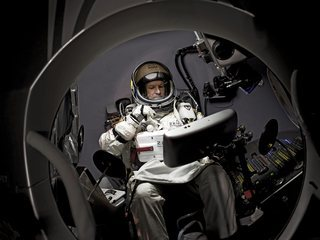 Felix Baumgartner, a l'interior de la càpsula que l'ha enlairat a més de 39.000 metres d'altura. (Foto: EFE)