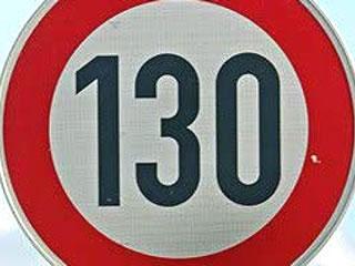 Un rètol del límit de velocitat a 130 km/h