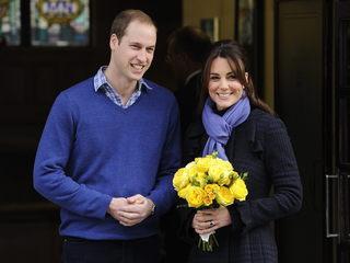 Guillem i Caterina a les portes de l'hospital després de rebre l'alta (Foto: EFE)