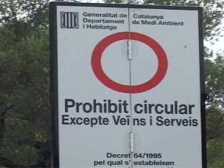 El cartell de prohibició d'accés al bosc es torna a mostrar a nou massissos.