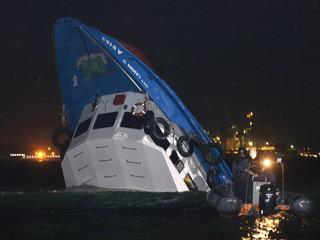 Un dels vaixells implicats en el sinistre, enfonsat. (Foto: Reuters)
