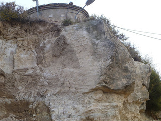 La roca de quinze tones que amenaça en caure damunt de tres habitatges dels Omells de na Gaia. (Foto: ACN)