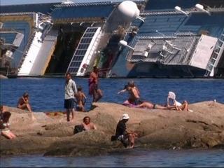 "El ""Costa Concordia"" s'ha convertit en un reclam trurístic per a l'illa de Giglio."