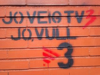 Graffity contra l'apagada de TV3, al Campus dels Tarongers de la Universitat de València (Foto: Coentor / Viquipèdia)