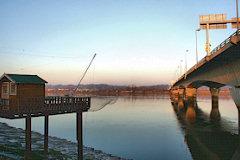 Carrelet de pêcheur et pont François Mitterrand