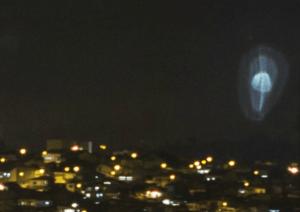 disco voador em forma de  cogumelo luminoso flutuando por cima de Brás Cubas, distrito de Mogi das Cruzes