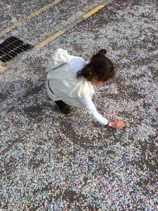 papier recyclé avec confettis recyclés