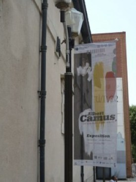 """Entrée zur Ausstellung """"Albert Camus - Les couleurs d' un oeuvre"""". © Fotos: akr"""