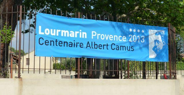 Ein Banner an der Eingangsstraße nach Lourmarin weist auf das prominente Geburtstagskind hin. © alle Fotos: akr