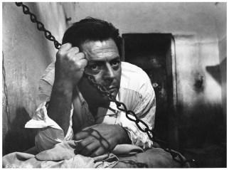"Meursault (Marcello Mastroianni) im Gefängnis. Szene aus dem Visconiti-Film ""Der Fremde""."