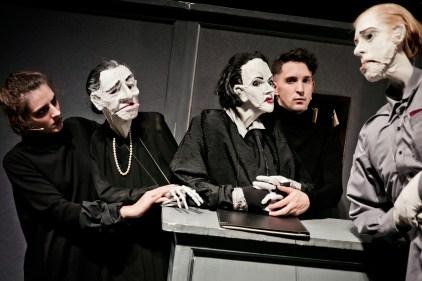"""Im Schauspielhaus Graz bringt Nikolaus Habjan """"Das Missverständnis"""" mit lebensgroßen Handpuppen auf die Bühne. ©Foto: Lupi Spuma"""