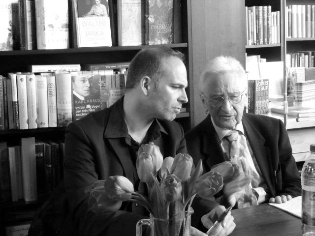 """Prof. Heinz Robert Schlette im Gespräch mit dem Journalisten und Schlette-Schüler Manuel Gogos in der Buchhandlung Böttger in Bonn. Thema des Abends am XX. XX. 2014 war """"..."""". ©Foto: Anne-Kathrin Reif"""