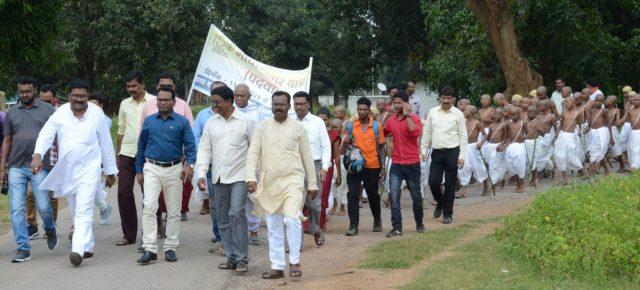 नक्सलक्षेत्र नारायणपुर में गाँधी जी पदचिन्हों पर चलने का सन्देश देते अबूझमाड़ के नन्हे बच्चे