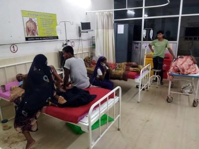 बिलासपुर में 50 की तबीयत बिगड़ी:दशगात्र में फूड प्वाइजनिंग, महिला की मौत, पिकअप में भरकर ले गए अस्पताल; 15 भर्ती, 10 सिम्स रेफर