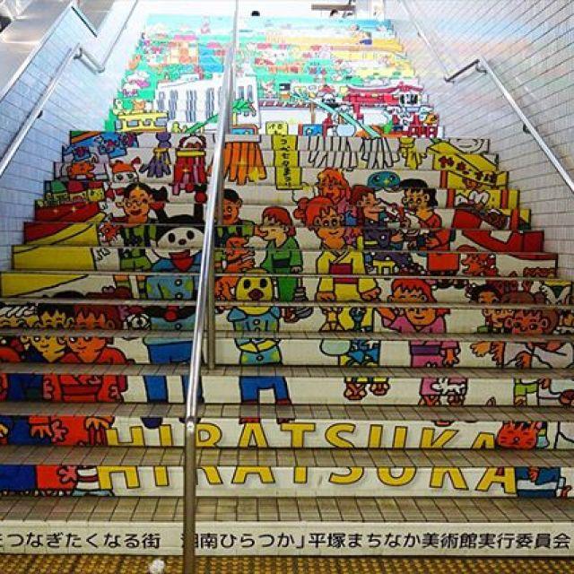 平塚駅地下通路の壁画アート。まさに地下美術館です。