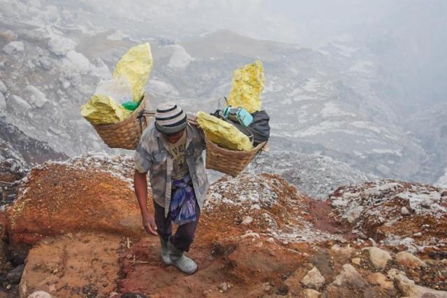 sulfur-miners-indonesia_0.jpg