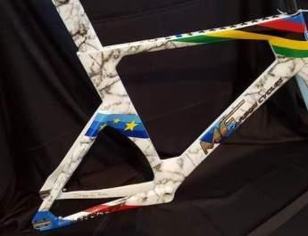 Un vélo MF Carbon Cycles personnalisé pour fêter la fin de carrière de François Pervis