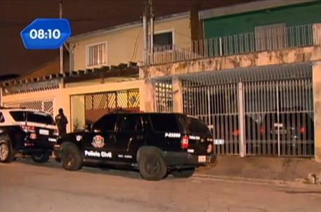 O corpo do suspeito caiu no telhado da casa vizinha