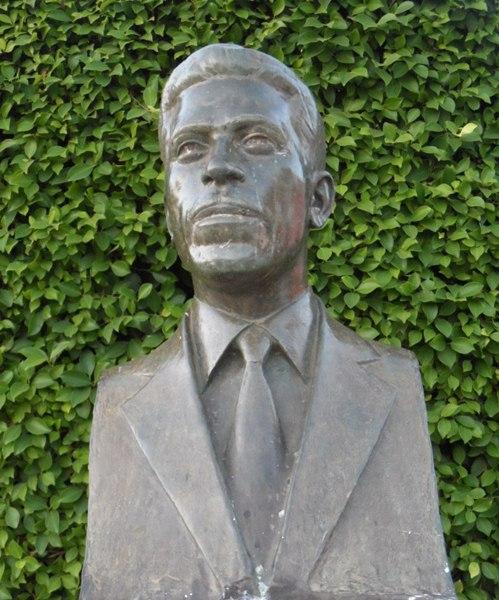 Busto de Rolando de Paula Moreira, tendo de fundo a arvore que foi plantada em sua gestão há 50 anos/ imagem Chiquinho Chaves
