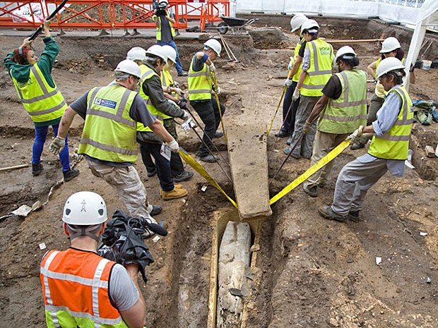 Oito pessoas ajudaram a remover a tampa de chumbo do caixão maior (Foto: Universidade de Leicester)