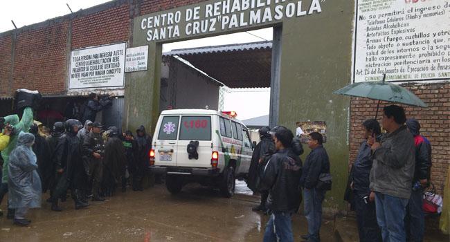 O fluxo de ambulâncias no complexo penitenciário é intenso (Foto: El Deber)
