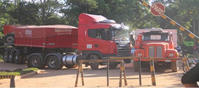 Acesso para o lado boliviano foi fechado por várias carretas e motoristas querem cumprimento de acordos – Fotos: Alexandre Lima