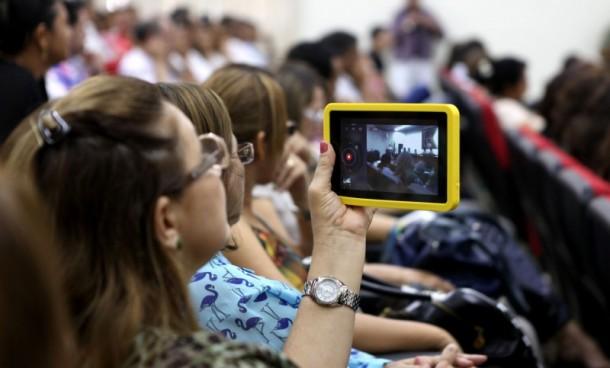 Os tablets entregues pelo governo do Estado são equipados com conteúdos educacionais e aplicativos de comunicação e interação (Foto: Sérgio Vale/Secom)