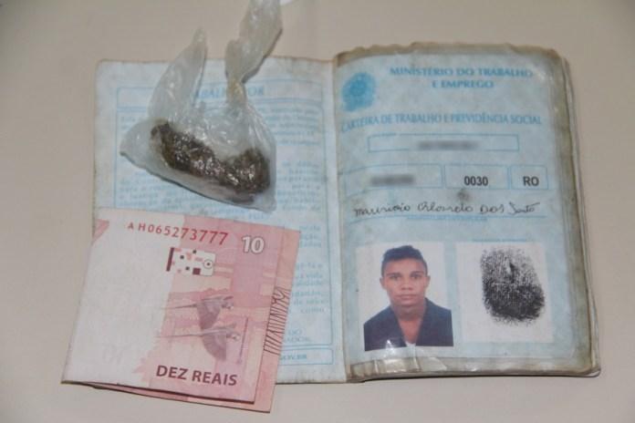 Meliante tinha uma carteira de trabalho sem nenhum carimbo e uma 'cabeça' de maconha – Foto: Alexandre Lima